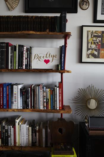 本や音楽など、趣味のものをアーティスティックにディスプレイするのもブルックリン流。