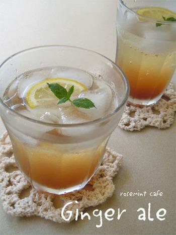 砂糖を黒糖に変えると、味にぐっと深みが出ますよ。黒糖は体を冷やしにくいといわれますので、冷たいジンジャーエールが好きな人にはおすすめ。また、煮詰めた生姜はオーブンで乾燥させてチップスに。