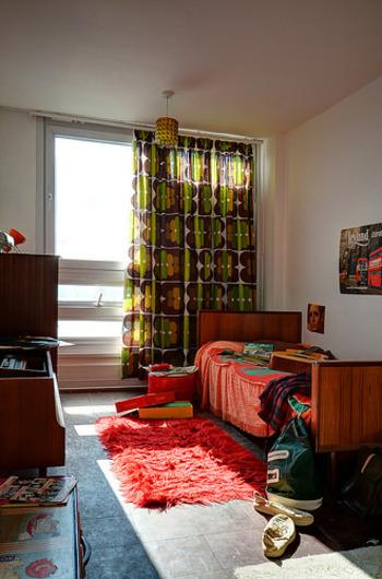 レトロ柄のカーテンと赤のコントラストが新鮮。色をたくさん使っているのに、子供っぽくならない絶妙のカラーセンスです。
