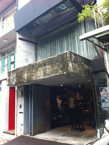 そんな魅力がたくさんつまった台湾の台北市にある、ステーショナリーショップ「禮拜拜文房具/Tools to Liveby((トゥールズトゥリブバイ)」。ガレージをを改造して作られた趣ある外観の文房具店は、2013年にオープンしました。