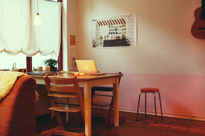 腰板の高さでツートンに塗り分け。日本で壁をピンクにする発想はあまりありませんが、意外と使い込んだ家具ともいい感じに調和しています。