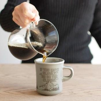 こちらはKINTO(キントー)のSLOW COFFEE STYLE(スローコーヒースタイル)マグカップ。ぽってりと厚みがあり、温かみのあるフォルムが可愛いオススメのアイテムです。種類は全部で4種類。さり気なく描かれたイラストと共に素敵なメッセージが添えられています。