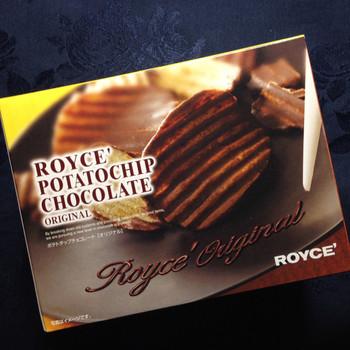 最初はチョコレートと塩味のポテトチップスなんて合うの?と思う人が多いでしょう。でも、一口食べると癖になるほど、今では同じみのロイズの代表菓子、生チョコを上回る人気です。