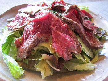 ローストビーフのサラダ。食べ応えがあってジューシー♪