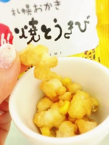 国産もち米と、とうもろこしを使用して作られたおかき。口の中でとうもろこしの甘さと醤油の香ばしさでまさに焼きとうもろこしを食べてるかのよう。