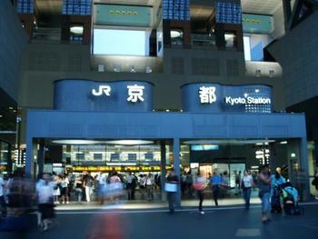 京都駅直結の伊勢丹、駅前地下街、駅構内など、お土産を買えるエリアはたくさんあります。京都内のさまざまなお店のお土産を一度にチェックできるというメリットも。京都駅でしか買えない限定品もありますよ。