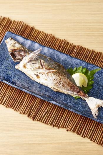 主菜はお肉やお魚など、メインに値するおかずになります。位置的には、一汁お椀の上あたりに置く形になります。魚の向き焼きは基本的に頭を左向きに置きます。