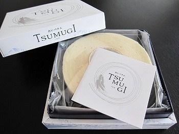 お土産の定番「白い恋人」でおなじみの石屋製菓の「白いバウム」は、バウムクーヘンの常識を覆すほどのし~っとりとしたやわらかさが自慢。
