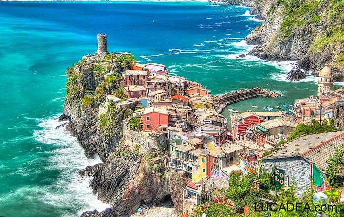 チンクエ・テッレは、イタリア語で「5つの土地」という意味を持ちます。1000年以上もの歴史を持つ5つの村、モンテロッソ・アル・マーレ、ヴェルナッツァ、コルニーリア、マナローラ、リオ・マッジョーレは、どれも素晴らしい景観を保っており、世界遺産に登録されています。