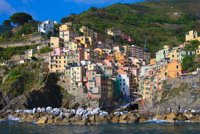 入り組んだ海岸線、切り立った断崖、断崖に立ち並ぶカラフルな家々、陽射しを浴びて輝く碧い海が織りなす漁村、リオ・マッジョーレは、チンクエ・テッレの中でも特に人気のある景勝地です。