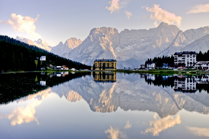 ドロミテは、東アルプス山脈の一部で、イタリア北東部に位置する山岳地帯です。切り立った断崖、残雪が残るむき出しの岩肌、山麓に広がる豊かな森が織りなし、ドロミテでは、自然が作り出した奇跡のように美しい風景が広がっています。