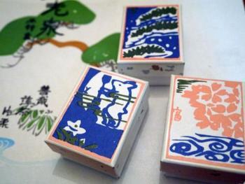 和のテイストがかわいらしい箱に一つずつ入っています。松の柄は真っ白の葛湯、うさぎの柄は抹茶風味、花の絵柄は善哉風味です。