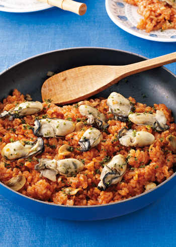 牡蠣といえば、生牡蠣や牡蠣フライなどが定番ですが、おいしい食べ方がほかにもいろいろあります。せっかくの季節の美味ですから、ぜひこの冬はバリエーション豊富な楽しみ方をしてみませんか?写真は「牡蠣のトマトピラフ」です。