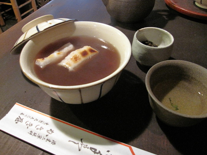 創業数百年の老舗から、和カフェまで、京都は和スイーツの宝庫です。とくに、ぜんざい&おしるこは、冬季限定でしか出していないお店も多々あります。冬だけ、京都でしか食べられない、美味しい「ぜんざい」&「おしるこ」のあるお店をご紹介します! 写真は、かさぎ屋@祇園・四条のぜんざいです。