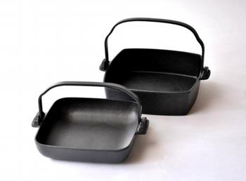 盛岡の老舗「鈴木盛久工房」が作る角鍋は、熱伝導率が良く蓄熱にも優れるため、すき焼きなど鍋物やグリルするのに向いています。取っ手を外して収納できるのも嬉しいですね。