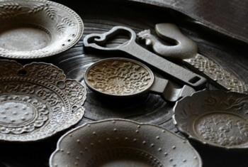 「鈴木盛久工房」の茶托や栓抜きには、その表面をお歯黒で着色することで生まれる独特の風合いがあります。繊細な彫り模様をより美しく見せてくれます。