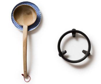 鉄瓶と同じく「及富」と「東屋」がともに作ったデザイン性が高くて丈夫な鍋敷き。食事時のテーブルをより華やかに演出してくれます。熱々のお鍋をそのまま載せてみんなで囲みたいですね。