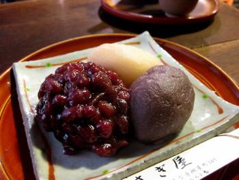 かさぎ屋の名物のひとつ「三色萩乃餅」、通称「三色おはぎ」。つぶ餡、白小豆(夏はきな粉)、こし餡の3つの味を同時に楽しめます。中でも、白あんのおはぎは、かなり珍しい上に冬季限定。冬場に京都を訪れる方は、ぜひ注文を。ぜんざいと同様、丹波大納言を使った大粒の餡が、ほどよい甘さで心を癒してくれます。