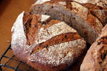 cimai大人気いちぢくパン。このパンを目当てに来店する人も多い。 外側のカリッとした食感と中のもっちりが絶妙なハーモニーを奏でます。
