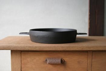 奥州市(旧水沢市)で鋳物の発展に尽くした「小笠原陸兆」がデザインしたすきやき鍋。シンプルで美しく、凛とした佇まいが魅力的です。