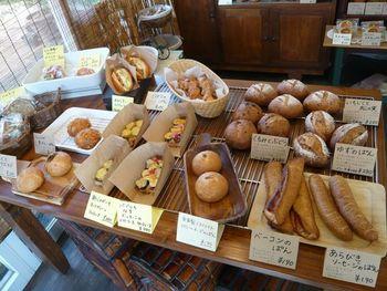 そのままランチになるようなボリューム満点のパンが並びます。数種類をバスケットに詰めてピクニックに行きたくなるような品揃え。