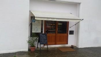 白を基調とした徹底的にシンプルな店構えのlabo。パティシエとして経験のある男性オーナーお二人で経営されているパン屋さんです。 朝9時開店で、お昼には数が少なくなってきます。お早めに!