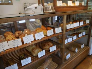天然酵母を使用して香ばしく焼き上げたパン。 どっしりしたハード系のパンに定評があります。でも食パンは天然酵母とはにわかに信じられないほどしっとり柔らか。