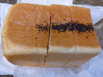 さらになんと食パンには「特上」「特特上」もあるんです。ただし特特上のみ、本町店と膝折店は土日のみ販売です。朝霞台店は平日もあります。  写真は特特上食パン。何もつけないのがおいしい食パンです。