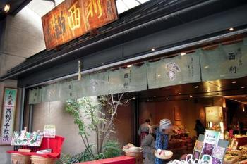 甘いものが苦手な方や、年配の方にも喜ばれるお土産が京漬物。京野菜を使った漬物は、さまざまな種類があって選ぶのに迷ってしまうほどです。