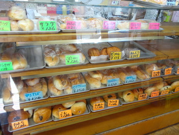 アサカベーカリーの惣菜パンはどれも「なつかしのあの味」。どっしりしていて素朴、しっかりした小麦味のパンを使ったおかずパンがいっぱいです。どれもこれも全部食べたくなっちゃう!