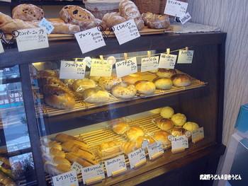 店内のショーケースにも、ショーケースの上にも所狭しと並べられた香ばしいパンたちが待っています!