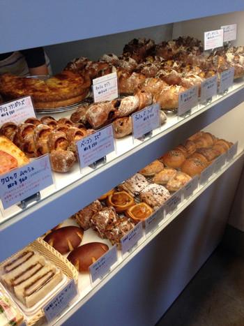 店内ショーケースにはハード系のパンがずらり。香ばしさが伝わってきます。