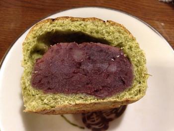 実は隠れた名物!?狭山茶あんぱん。埼玉県の茶処、狭山茶を生地に練りこみ、程よく炊いた粒餡が入ったあんぱん。この餡、しっかり豆のお味がします。