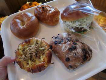 もちろん菓子パンや惣菜パンもあります。パンの種類はとっても豊富。どれを食べるか迷いますね。