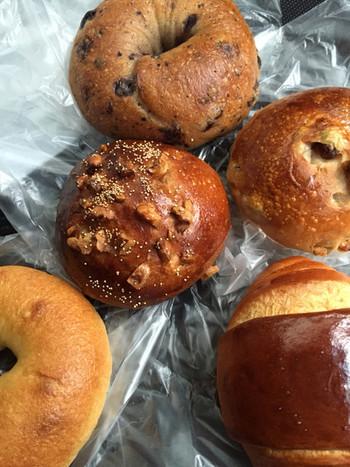 いかがでしたか。 表面が香ばしくカリッと焼けたパンを頬張るとき、バターの香りと粉の風味が一気に口の中に広がって・・・・。おいしいパンを食べるのは至福のひと時ですよね! ご紹介したパン屋さんは、真摯な姿勢でパン作りに取り組む、体にも心にも優しいパン屋さんばかりです。色々食べ比べてお気に入りの一品をぜひ探してみて下さいね。
