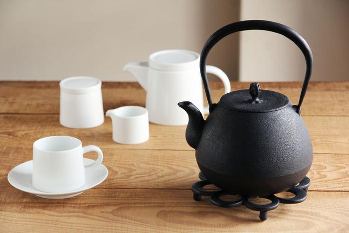 盛岡市に明治時代に創業した「釜定」は、昔からの技法を守りながらも北欧を感じさせるモダンなデザインがひと目で「釜定」のものとわかるほど特徴的です。コーヒーカップともよく似合いますね。