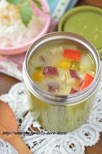 グリーンカレーをベースに彩り野菜をふんだんに使ったスープです。スパイスを利かせて作ってもサツマイモが口の中を休ませてくれるオリエンタルテイスト溢れるスープです。