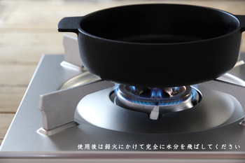 鉄のフライパンはサビないようにすることが大切です。使って洗い終わったあとは火にかけて水分を飛ばし、必ず油を薄く塗っておきましょう。