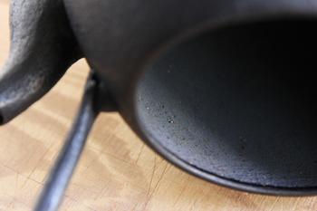 鉄瓶の気になるお手入れ方法の原則は『内側は触らない』こと。鉄瓶を作る際、内側は錆を防ぐための工程を経ています。触れたり洗ったりしないように注意しましょう。