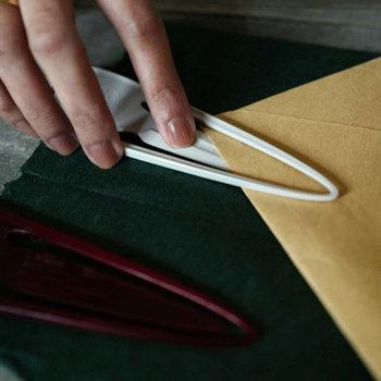 使い方も簡単。親指と中指で両サイドを押さえ、真ん中のエッジ部分に人差し指を添えて押せば、簡単に封筒を開けることができます。サイズもコンパクトで使いやすいので、おうちだけでなくオフィスにも常備しておくと便利かも。