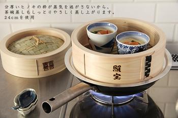 使い方は簡単。 さっと水で濡らしたせいろに食材を入れ、お湯を沸かして蒸気が上がる鍋にセットします。 出来上がりは竹串などで刺してチェック♪  せいろを重ねて、数種類の食材を同時に蒸すこともできます。