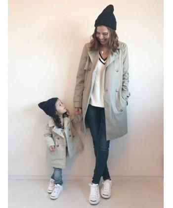 大人っぽい『トレンチコート』と『デニム』のこなれたカジュアルスタイル。スニーカーやニット帽でラフな雰囲気に。お子さん連れのお出かけは、動きやすいことも重要ですよね!