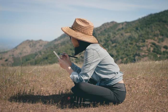 旅先で感じた空気を新鮮なままとどめておいてくれる、そんな旅の葉書を、自分に宛てて書いてみませんか?葉書は自宅に届いた後も場所をとらず保管できますし、急ぎの旅路でもさらっと書けてしまいます。旅先のポストから投函して、素敵な旅の記録を作ってみましょう。