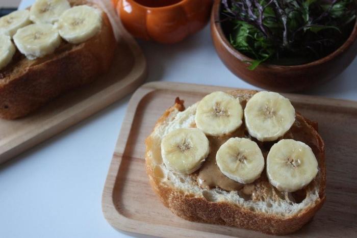 まずは、ピーナッツバターの定番の使い方のバリエーションから。こちらは、バナナとピーナッツバターの組み合わせで、アメリカではとてもポピュラー。失敗がありません。