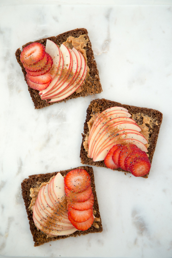 ドイツのライ麦パン、プンパーニッケルにピーナッツバターを塗り、りんごと苺をのせて。シナモンパウダーとポピーシードのスパイスもいい風味づけになっています。見た目もキレイでおしゃれな朝食メニューに♪