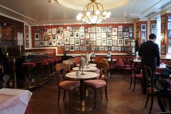 カフェの内装もクラシカルで気品があります。数々の有名人も来店したんだとか。記念の写真も壁いっぱいに飾られています。