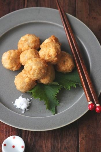 すりおろした蓮根とつなぎに片栗粉を使うので、モチモチとした食感で何個でも食べることができてしまいそう。揚げ団子ですが、主原料は蓮根と豆腐なのでとてもヘルシーです。