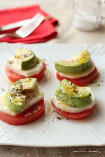 モッツァレラチーズ、トマト、バジルで構成されるイタリアンの「カプレーゼ」を、蕪とアボカドを使ったベジタリアンバージョンに。アボカドのコクと食感がポイントとなり、オシャレで魅力的な前菜が一品、手軽に作れてしまいます。おもてなしにも良さそうですね。