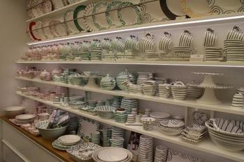 こちらは、中央ヨーロッパ最大の陶器製造会社、グムンデン(グムンドナ)陶器のお店。  素朴な手書きの絵柄のカップやお皿は、オーストリアの家庭やレストランでも長年使用されています。