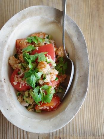 トマトと海老を炊いたキヌアとパクチーで和えたエスニック風サラダ。隠し味のナンプラーやレモンが効いた爽やかさと、キヌアのプチプチとした食感が魅力的な一品です。
